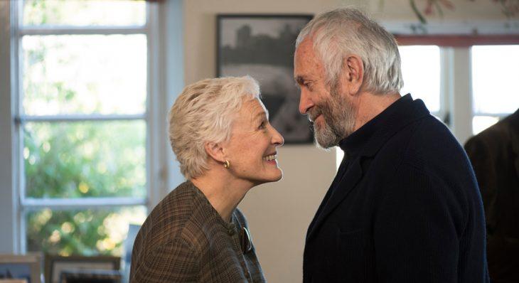 pareja de ancianos mirandose a los ojos