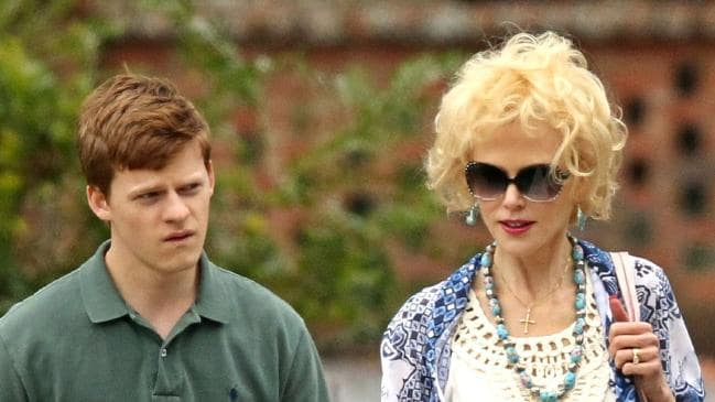 madre e hijo paseando por las calles