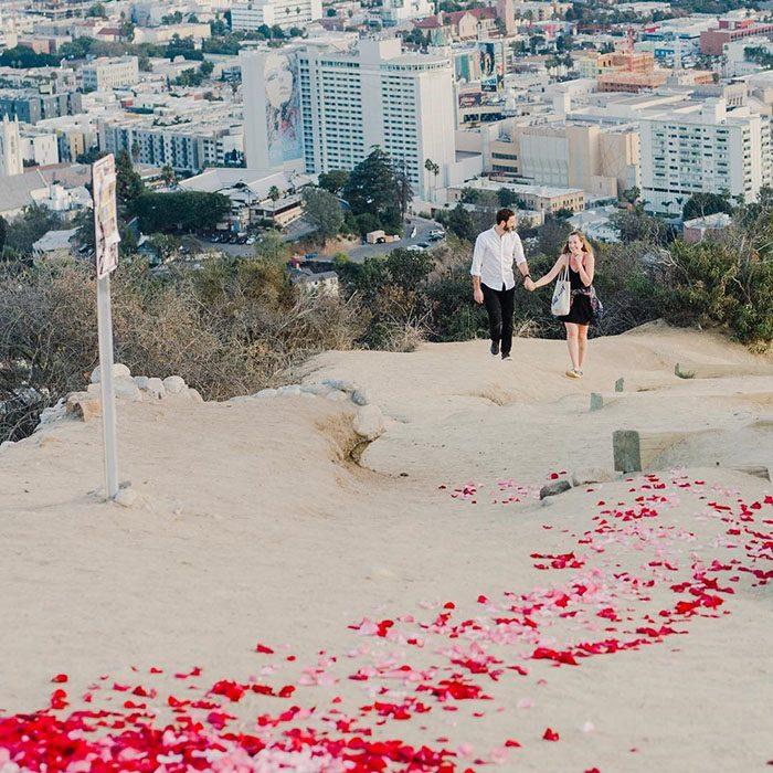 pareja de novios caminando por un cerro