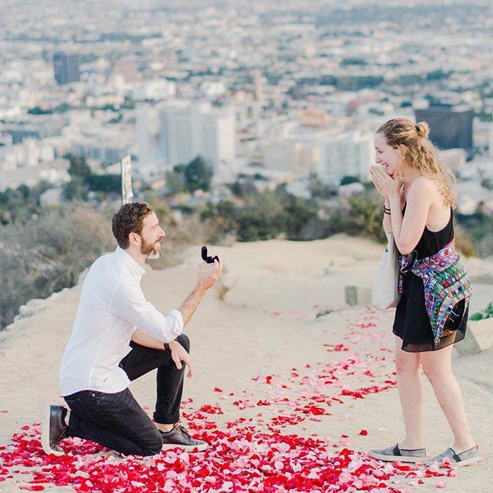 pareja de novios con anillo en mano