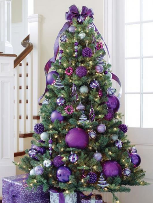 Arbol navideño con decoración morada