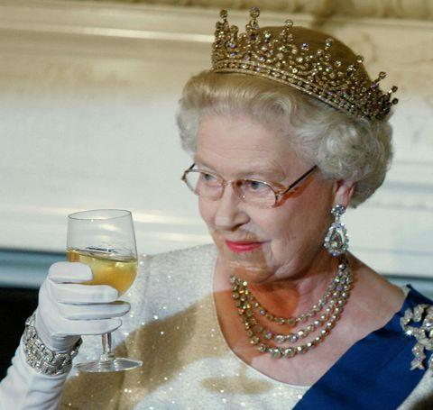 señora sosteniendo una copa de vino en la mano derecha