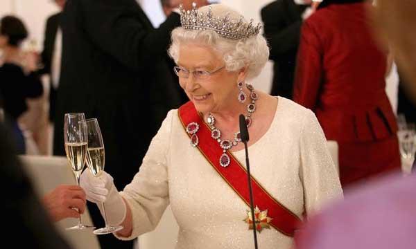 ceñora sosteniendo una copa de vino blanco