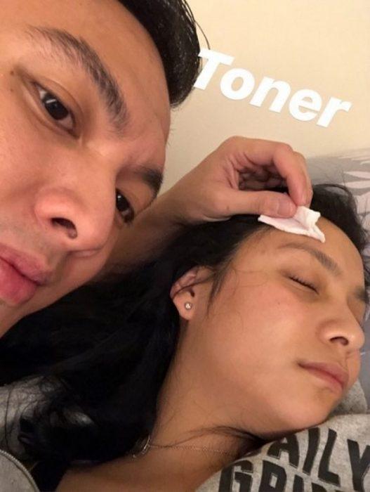 Chica se queda dormida y su novio completa su rutina de cuidado de piel
