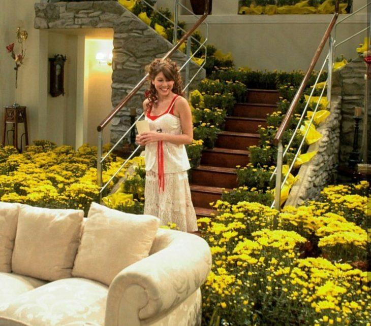 Floricienta con sus flores amarillas