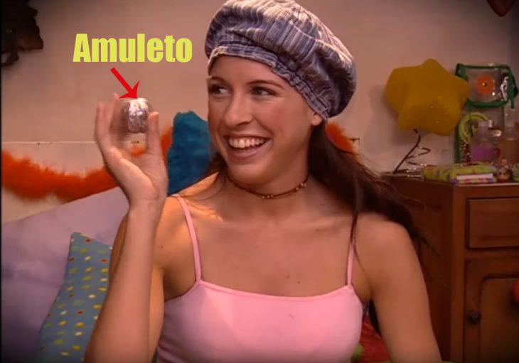 Floricienta sujetando su amuleto contra el mal