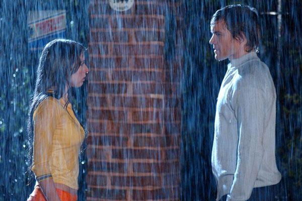 Escena de la serie floricienta- Pareja bajo la lluvia