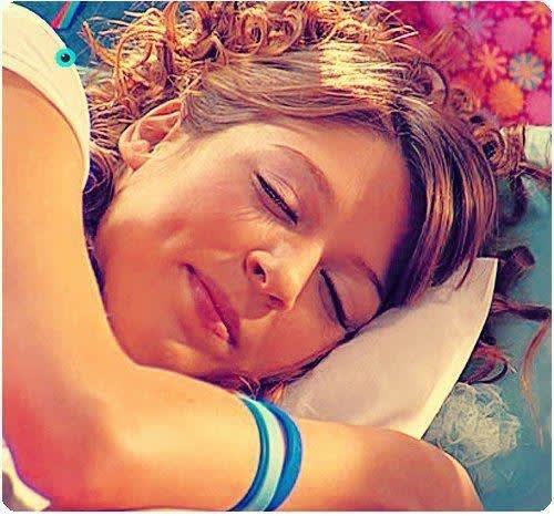 Floricienta recostada en su cama soñando