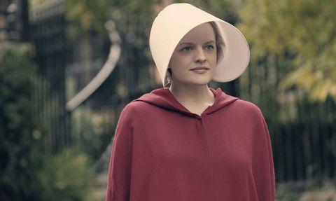 mujer usando una capa roja