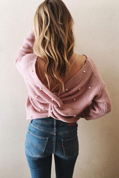 chica usando un suéter cruzado