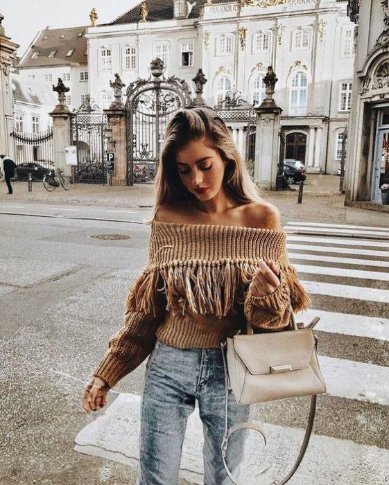 chica llevando bolso de mano