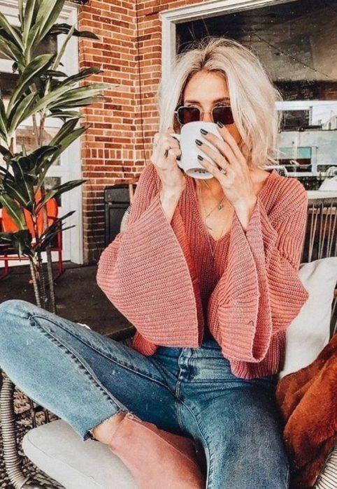 chica bebiendo café por la mañana