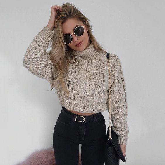 chica llevando suéter corto hasta la cintura