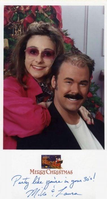 Familia hace las postales navideñas MÁS graciosas durante 16 años