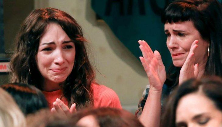 Thelma Fardín, mujer de blusa anaranjada y cabello chino lloreando rodeada de más mujeres que aplauden