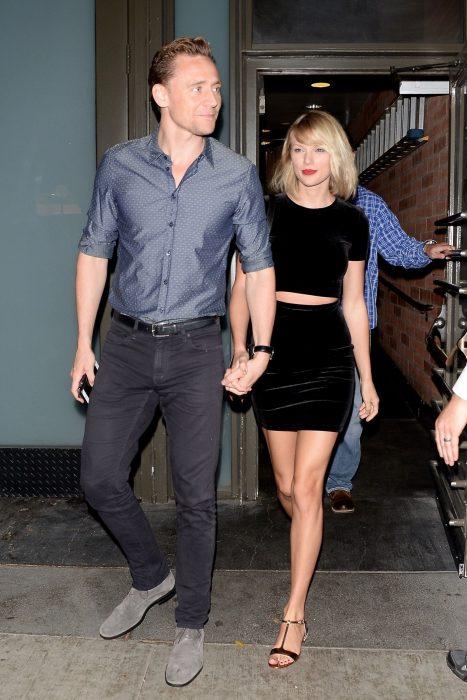 Pareja de enamorados caminando agarrados de la mano