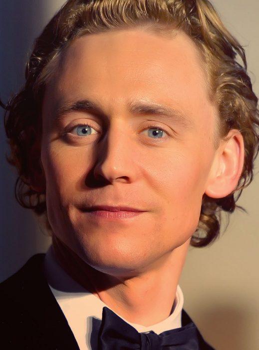 Chico de cabello rubio y chino con ojos azules sonriendo
