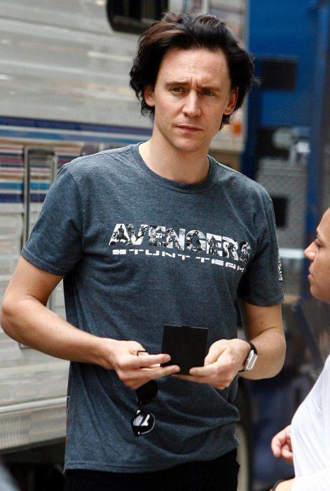 Chico de cabello castaño oscuro, ojos azules con una playera de Avengers grus