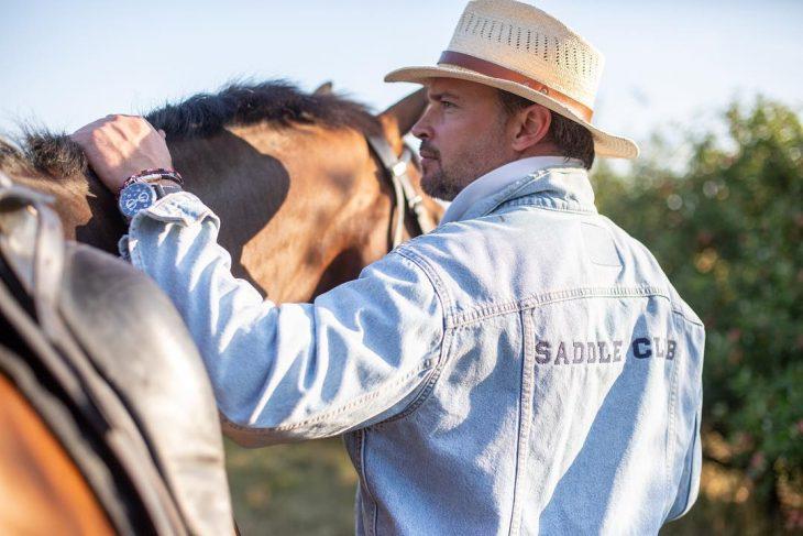 hombre montando a caballo