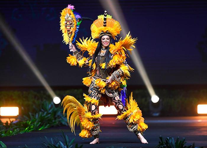 Mayra dias concursante de brasil en miss universo con su traje tipico
