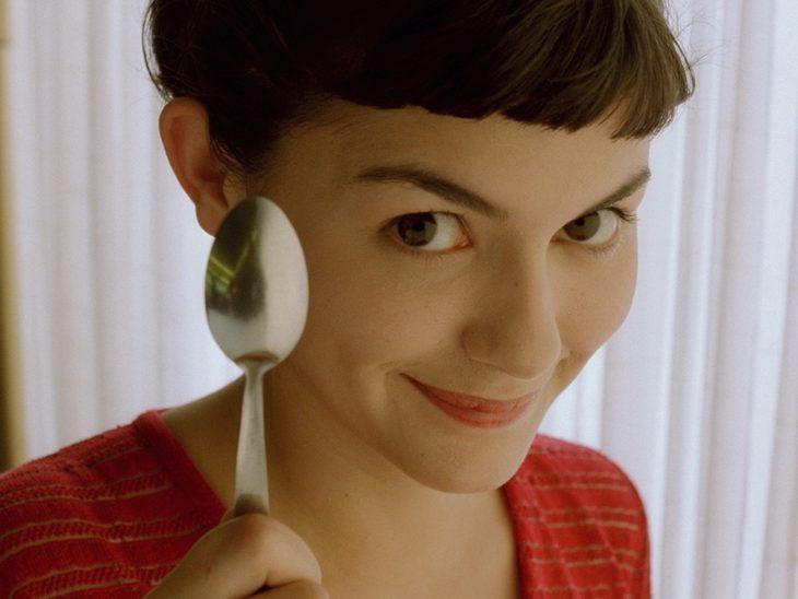 Amelie, chica con flequillo sosteniendo una cuchara