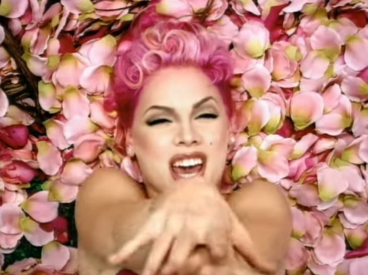 Pink, video musical You make me sick, mujer de cabello rosa sobre pétalos de rosa