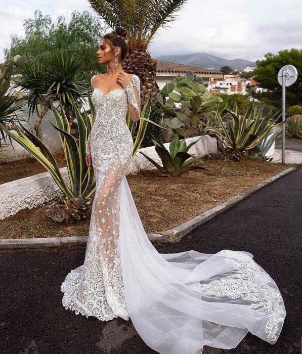 Mujer usando un vestido de novia elegante y de encaje