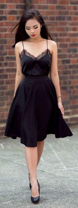 Chicas usando un vestido negro para las cenas de fin de año