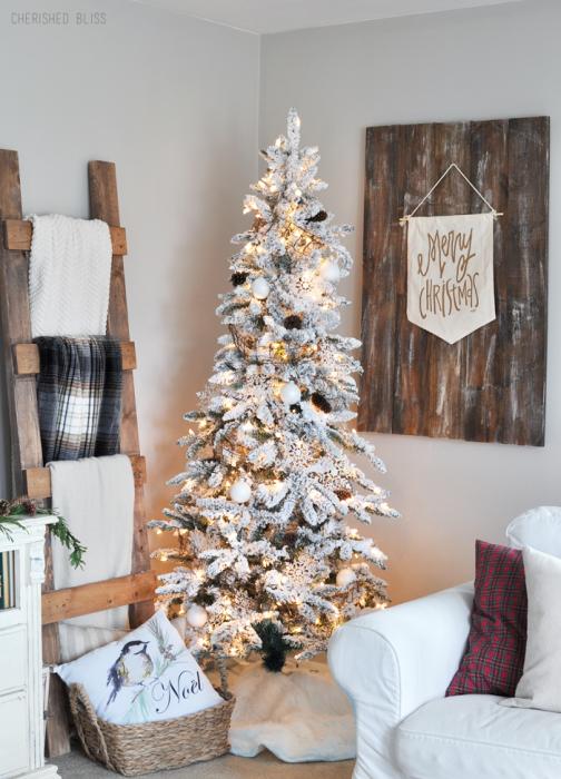 Arbol navideño con decoración dorada blanca