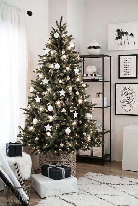 Arbol navideño con decoración rosa blanca