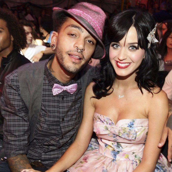 hombre con sombrero rosa y moño y mujer con cabello negro