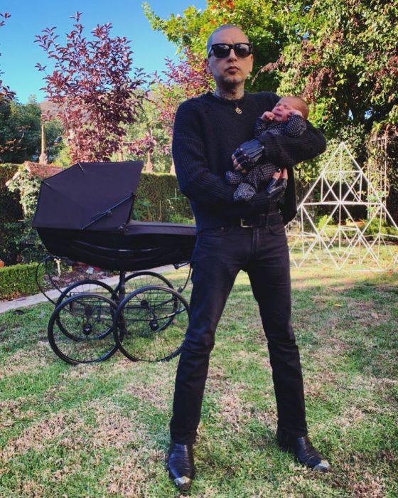 hombre cargando a un bebé entre brazos