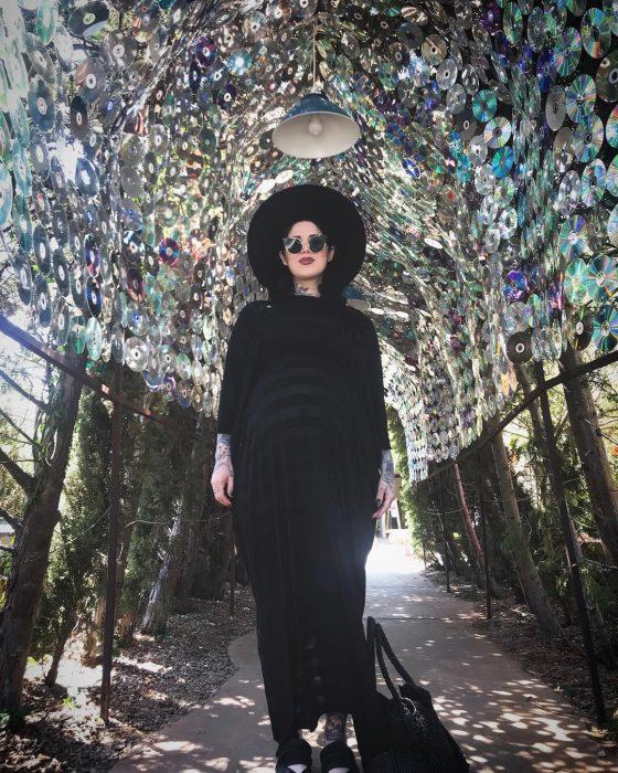 mujer embarazada usando vestido negro