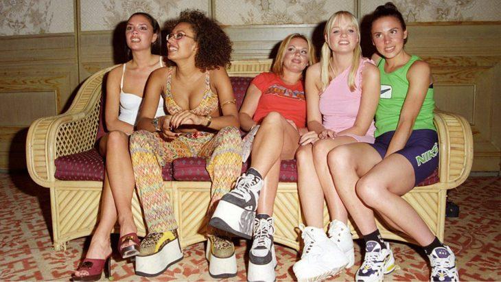 spice girls sentadas en un sofá