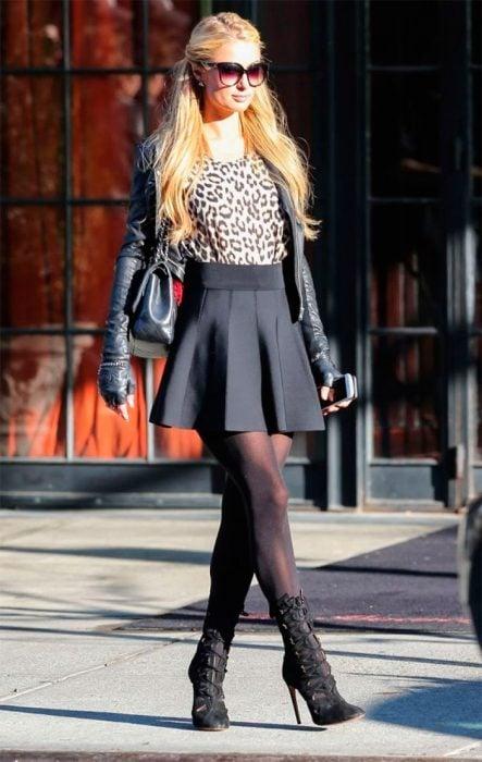 Paris hilton usando botines negros