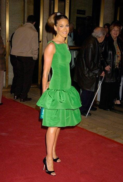Sarah Jessica parker usando zapatos negros con vestido verde
