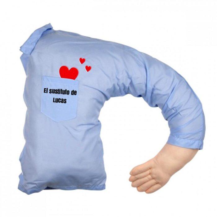 almohada con camisa azul abrazando