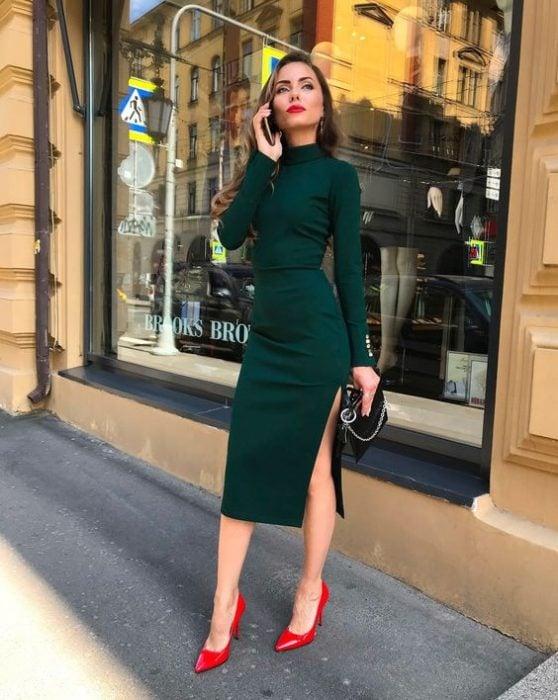mujer con vestido verde y tacones