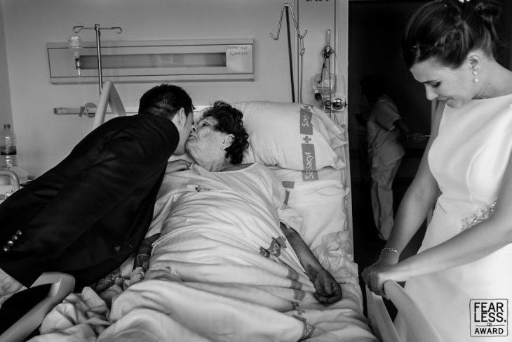 hombre besando a mujer en cama hospital y novia con vestido