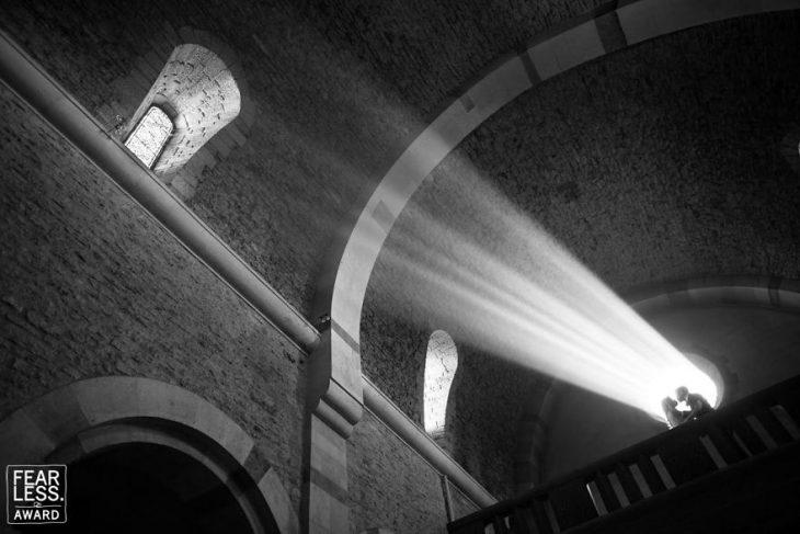 pareja y sombra en la luz en iglesia