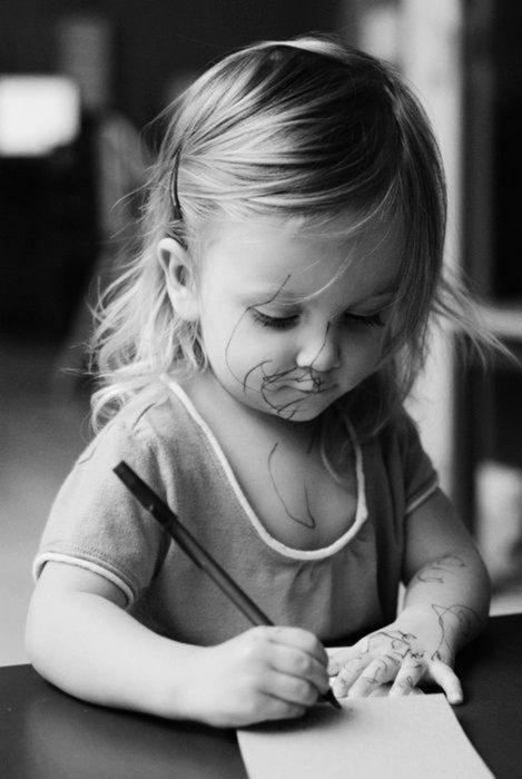 niña rubia dibujando blanco y negro