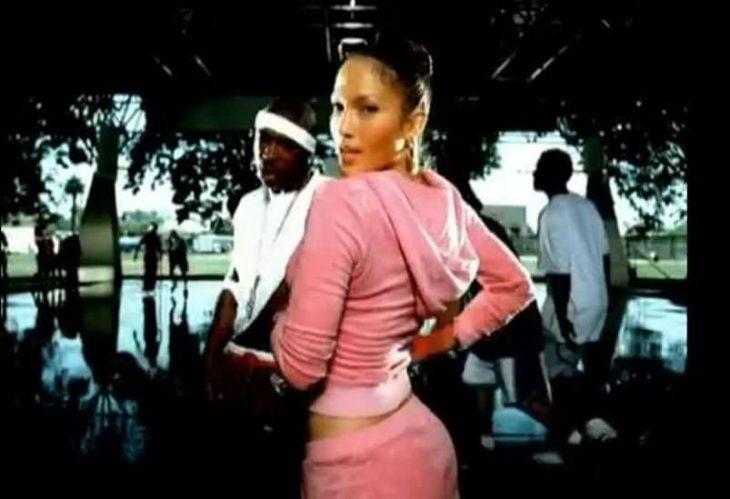 mujer con traje jucy rosa