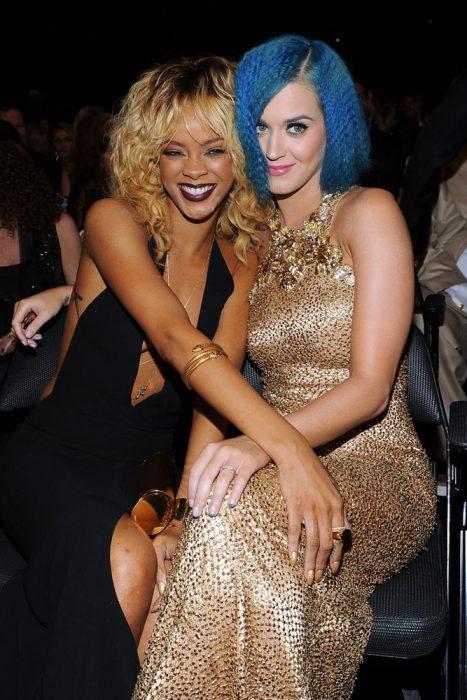 chicas con el cabello teñido de colores