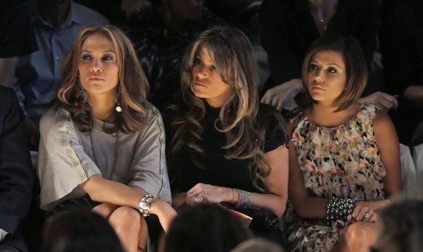 chicas mirando una pasarela