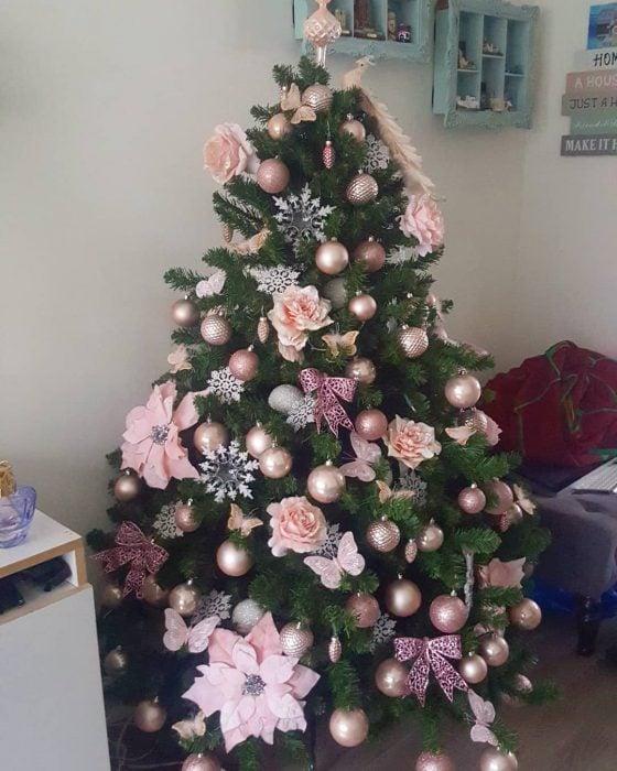 Arbol navideño con decoración rosa pastel