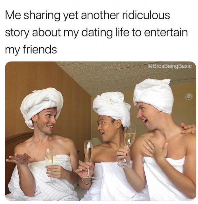 chicos usando toallas blancas