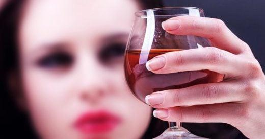 Mujer bebe una botella entera de coñac después de que seguridad le prohibiera subirla al avión