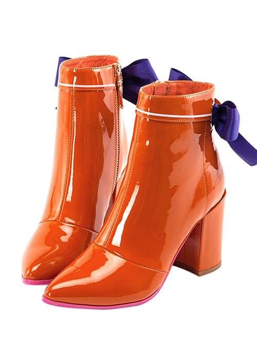 botas naranjas de charol con lazos morados