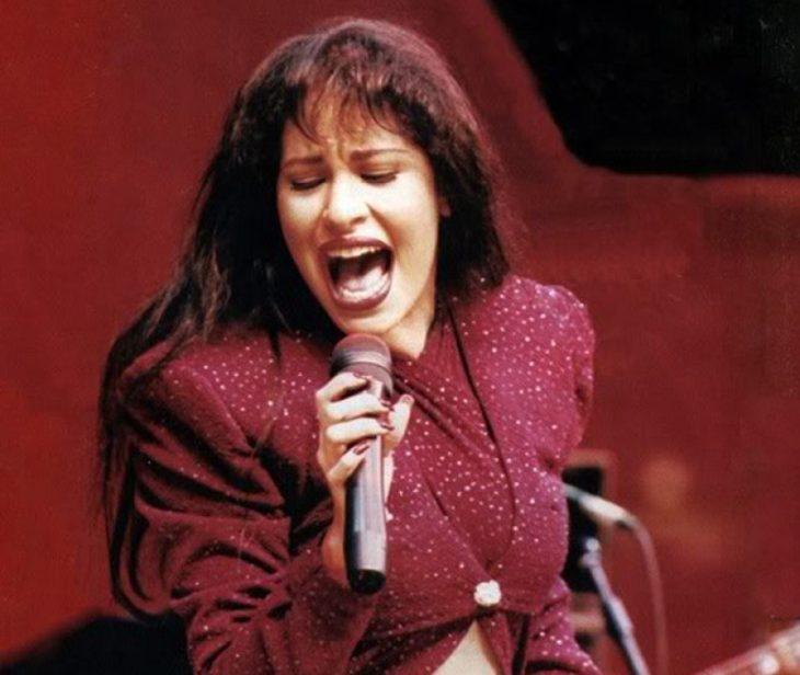 mujer con fleco cantando