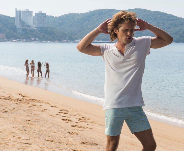 hombre con short en la playa